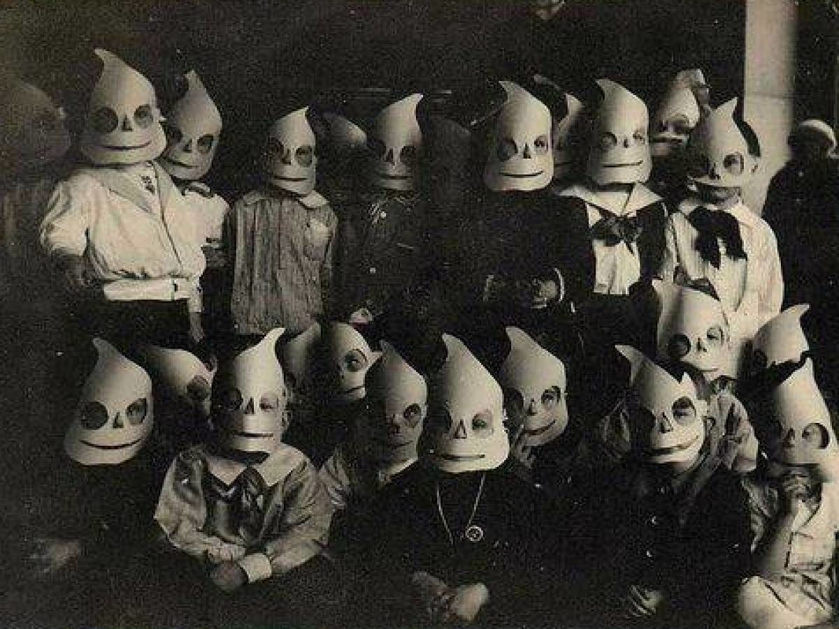 creepy-halloween-costumes-from-the-past-01