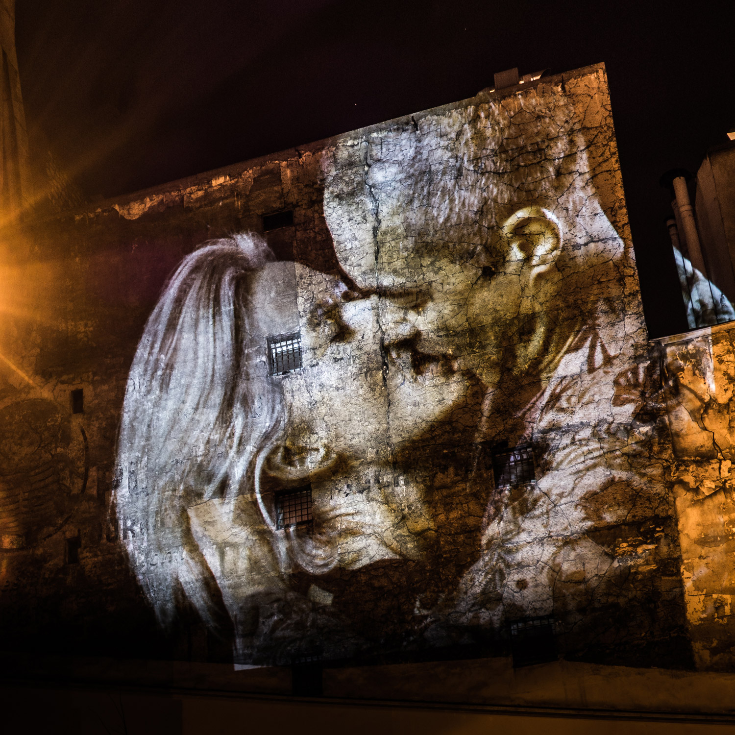 portraits-of-love-birds-kissing-in-the-streets-of-paris-05