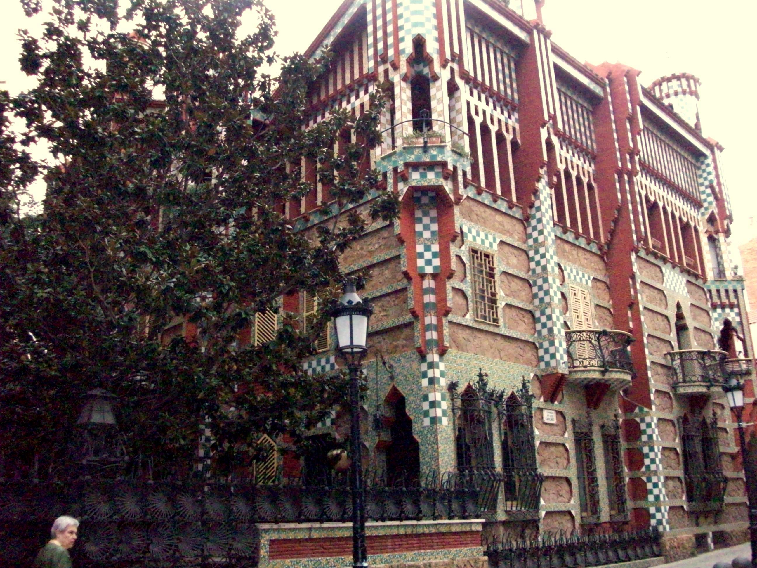 Must see gaudi buildings brain berries - Casa vives gaudi ...