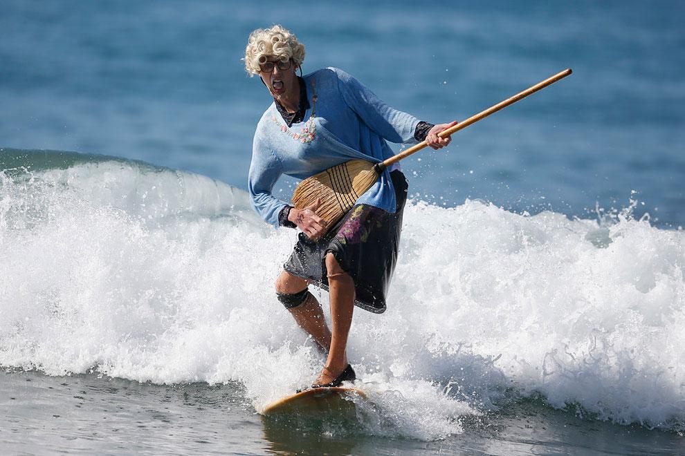 annual-surf-costume-contest-in-santa-monica-ca-02