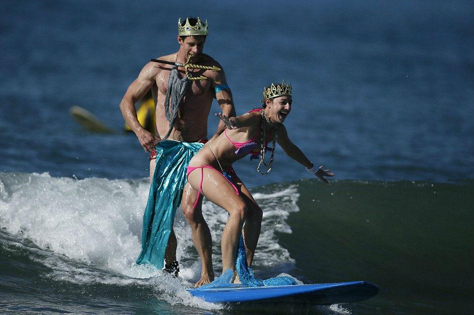 annual-surf-costume-contest-in-santa-monica-ca-15
