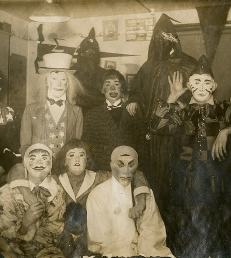 creepy-halloween-costumes-from-the-past-10