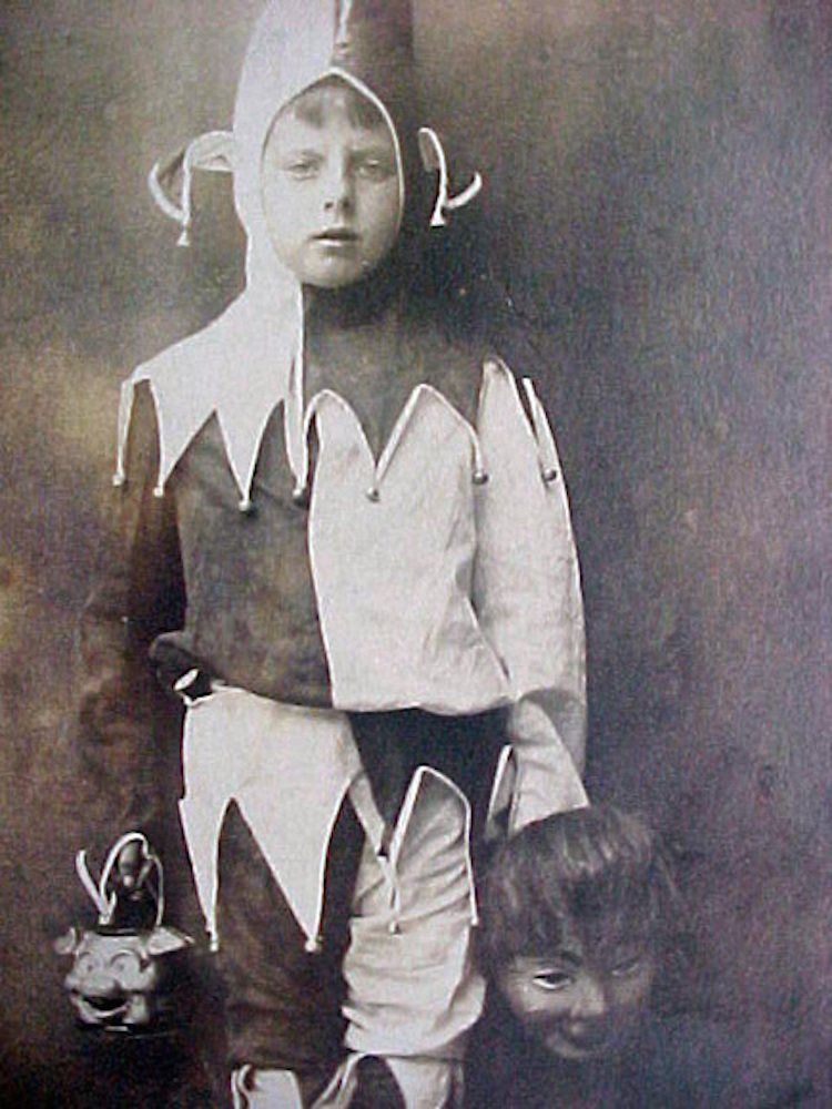 creepy-halloween-costumes-from-the-past-20