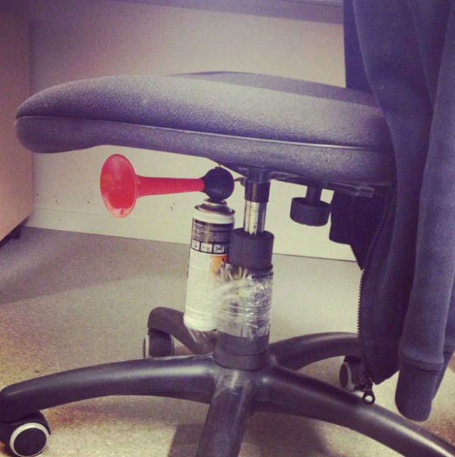 hilarious-office-pranks-06