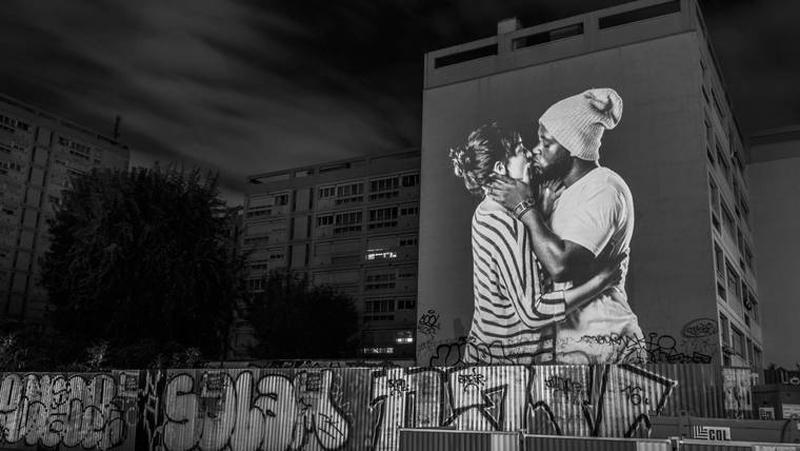 portraits-of-love-birds-kissing-in-the-streets-of-paris-07