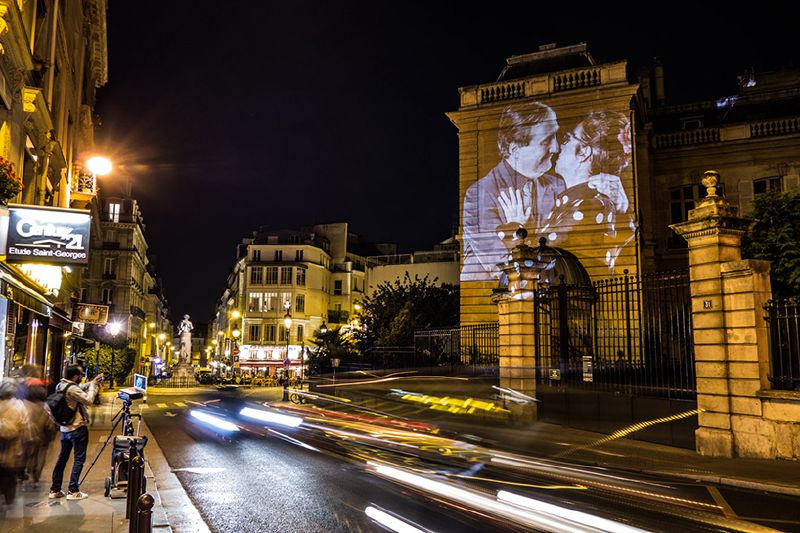 portraits-of-love-birds-kissing-in-the-streets-of-paris-14