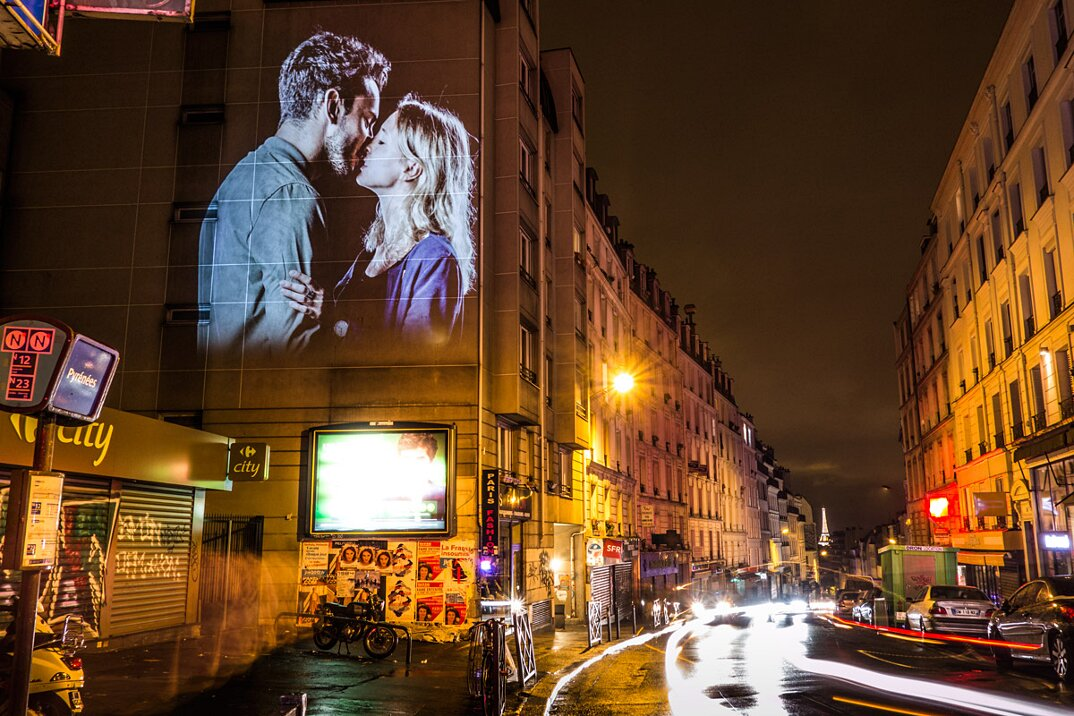 portraits-of-love-birds-kissing-in-the-streets-of-paris-22
