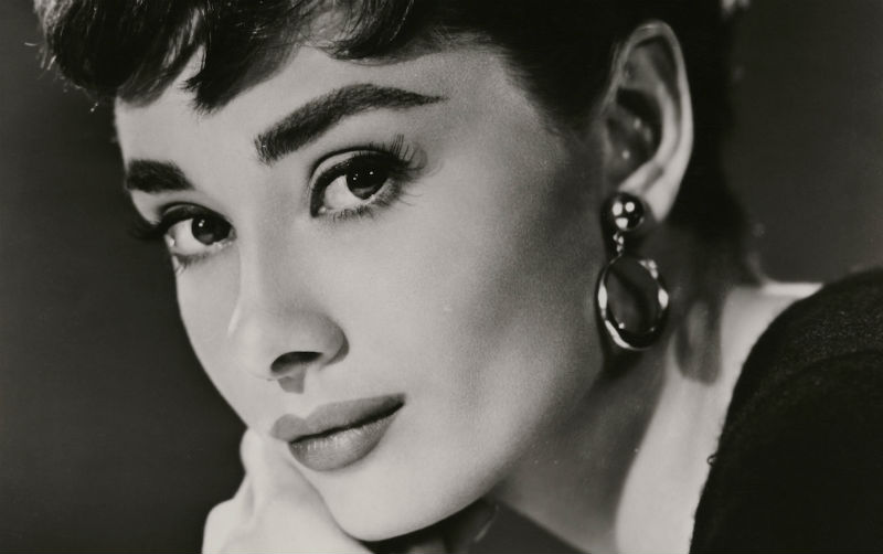 Черно белая открытка с актрисой, поздравление
