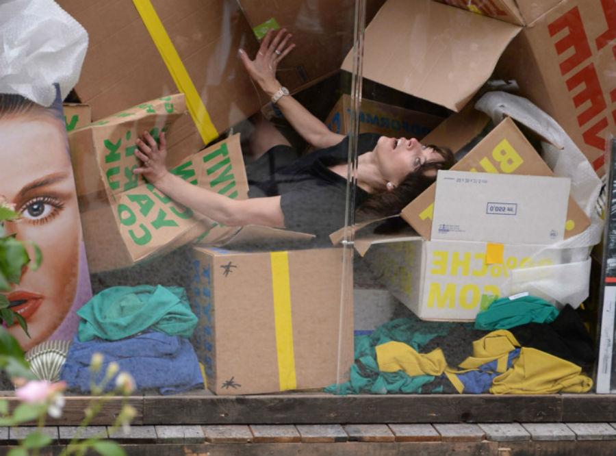 Милла Йовович в стеклянном кубе в рамках Венецианской биеннале | Топ-6 крутейших перформансов с участием| Brain Berries