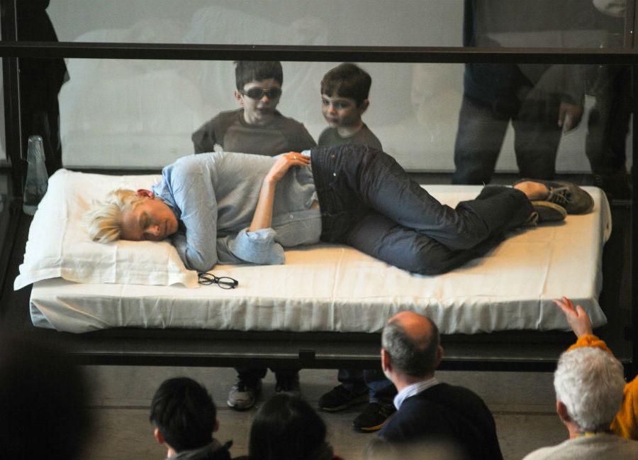 Спящая Тильда Суинтон в музее МоМА | Топ-6 крутейших перформансов с участием| Brain Berries