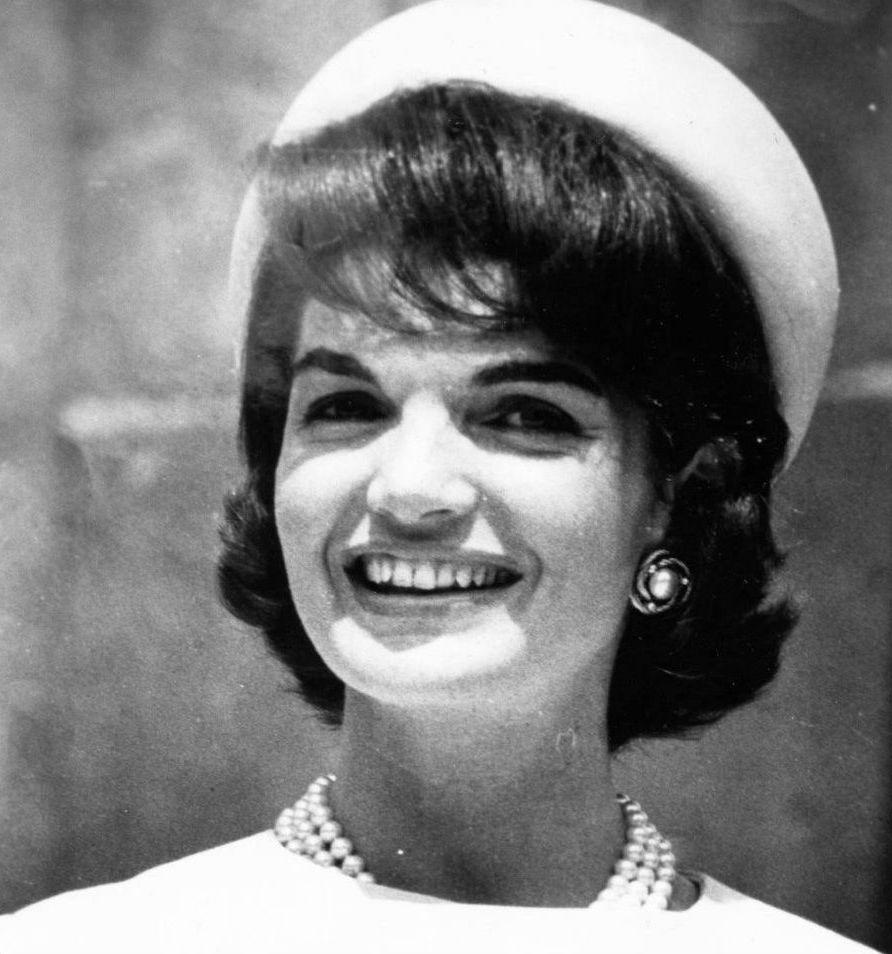 Шляпка-таблетка Джекки Кеннеди | Знаковые аксессуары знаменитостей | Brain Berries