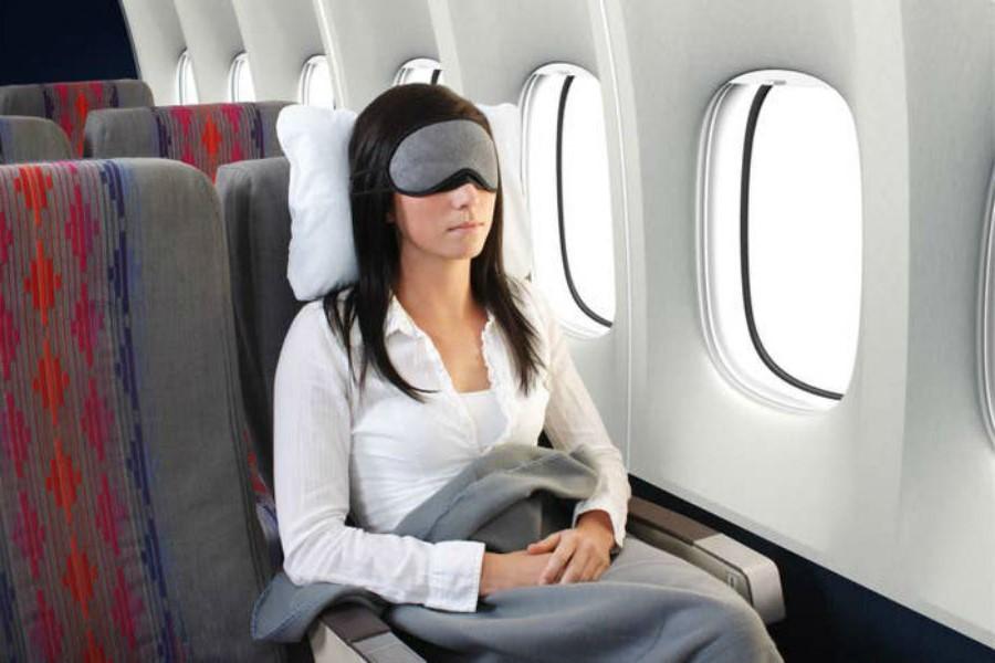 Брать плед и подушку | 10 вещей, которые лучше не делать на борту | Brain Berries