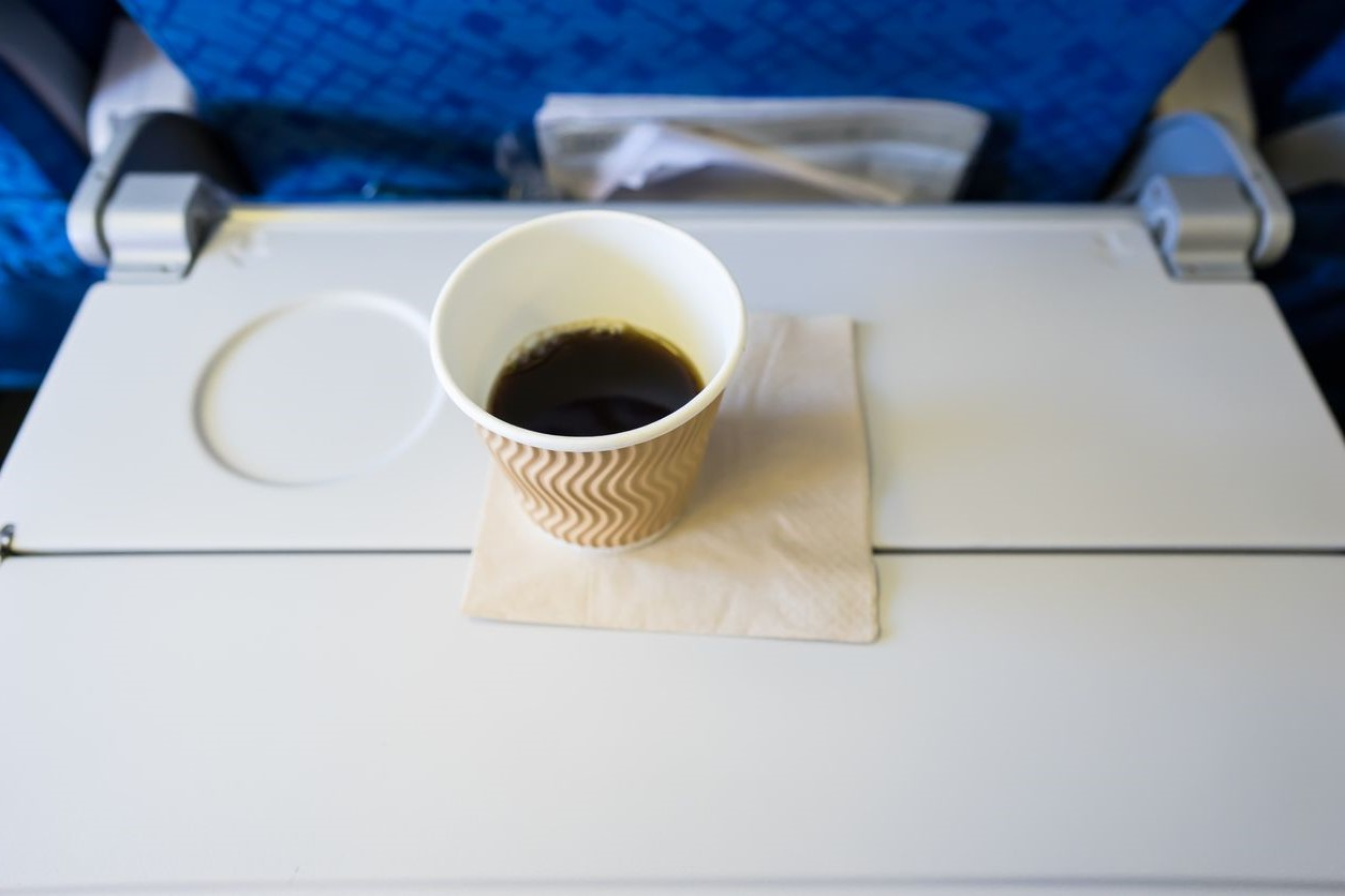 Заказывать чай или кофе | 10 вещей, которые лучше не делать на борту | Brain Berries