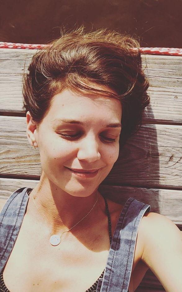 Katie Holmes | 9 Gorgeous Celebrities Who Hate Wearing Makeup | Brain Berries