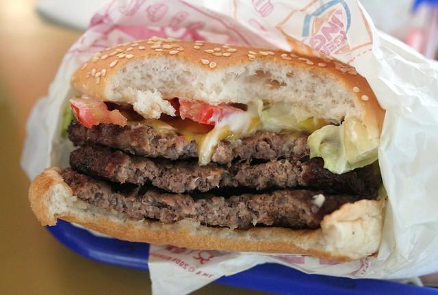 Triple Whopper with Cheese da Burger King  | 10 alimenti che sono una garanzia per renderti felice | Brain Berries