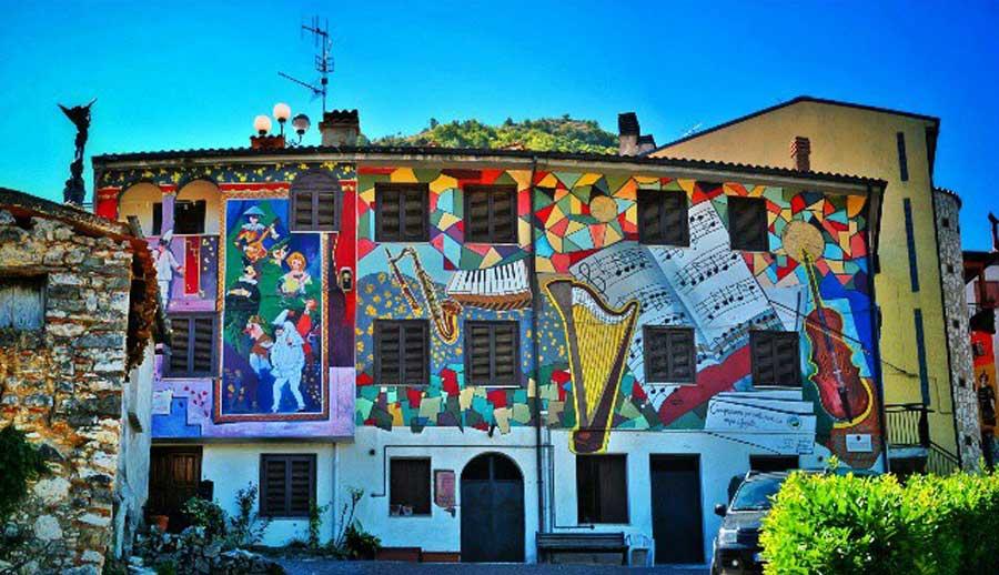 Sant'Angelo Le Fratte (Potenza) | Street art ataliana: I murales che non puoi proprio perderti! | Brain Berries
