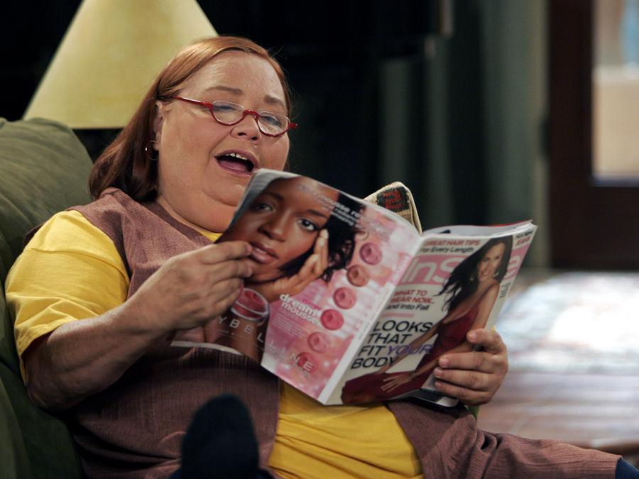Берта – домработница в сериале «2,5 человека» | Второстепенные персонажи сериалов, которые всем полюбились | Zestradar