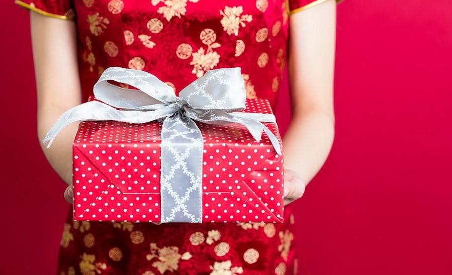 В Японии женщина дарит подарки мужчине | 7 фактов о жизни Восточных женщин, которые вряд ли поймут на Западе | Zestradar