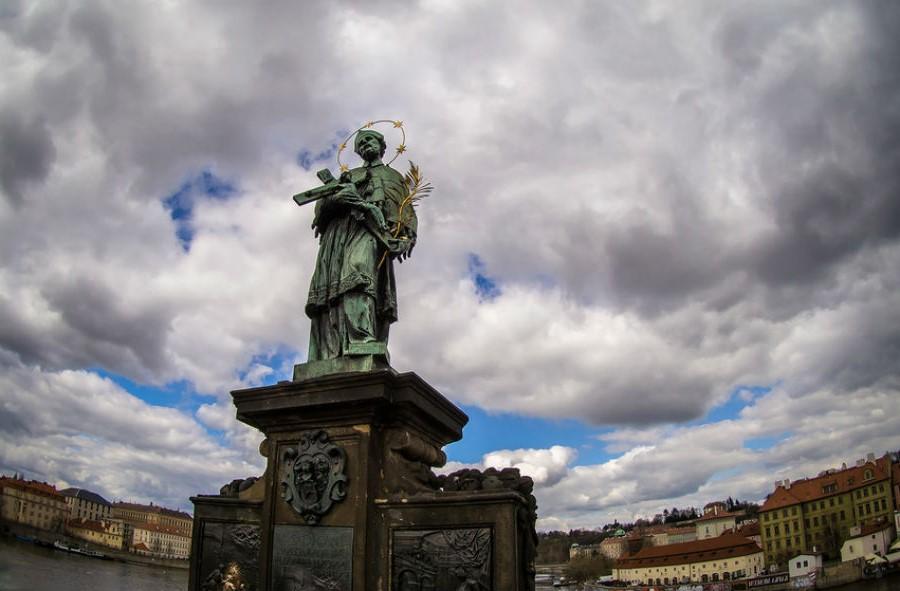 Статуя Яна Непомуцкого, Прага | 10 волшебных мест, где исполняются заветные желания | Brain Berries
