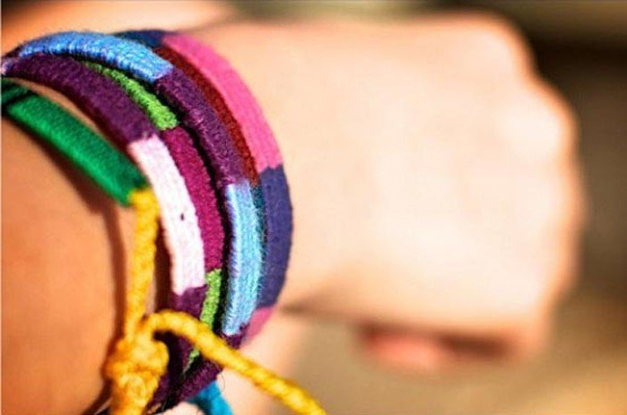 Friendship bracelets (France, Greece, Italy, Spain) | Scam Alert: 9 Ways Tourists Get Cheated In Various Countries | Zestradar
