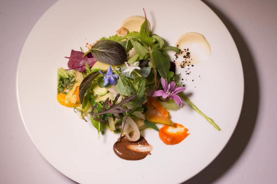 Салат «Гаргайю», Bras | 10 ресторанов, в которые люди хотят попасть ради одного блюда | Zestradar