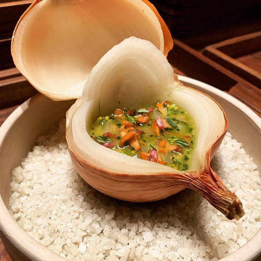 «Лук с желтым вином и лесными грибами», AOC | 10 ресторанов, в которые люди хотят попасть ради одного блюда | Zestradar