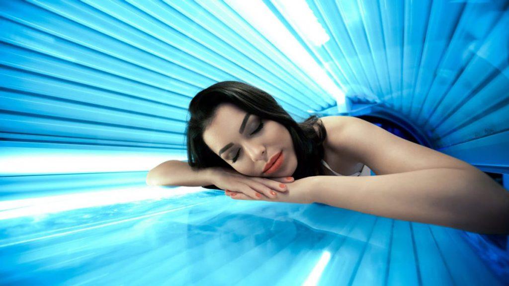 Солярий | Риск ради красоты: модные изменения внешности, которые могут вам навредить | Zestradar