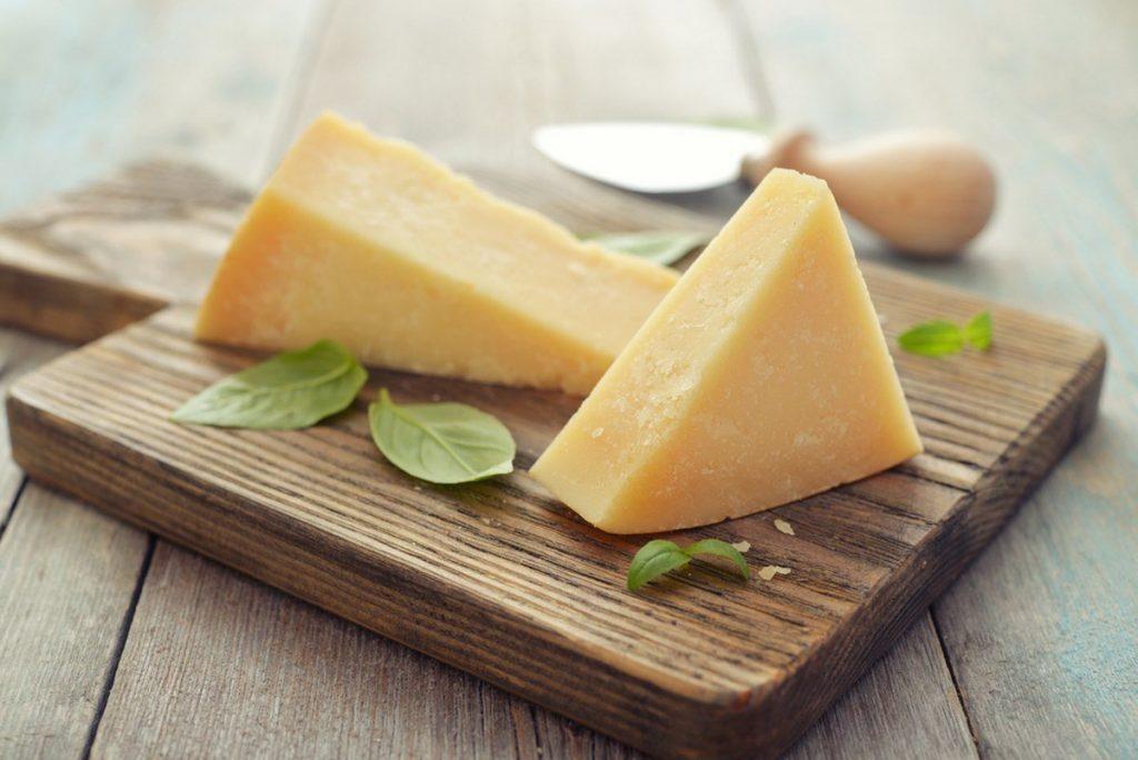 Твердый сыр | 8 очень калорийных продуктов, которые на самом деле полезны для вас | Zestradar