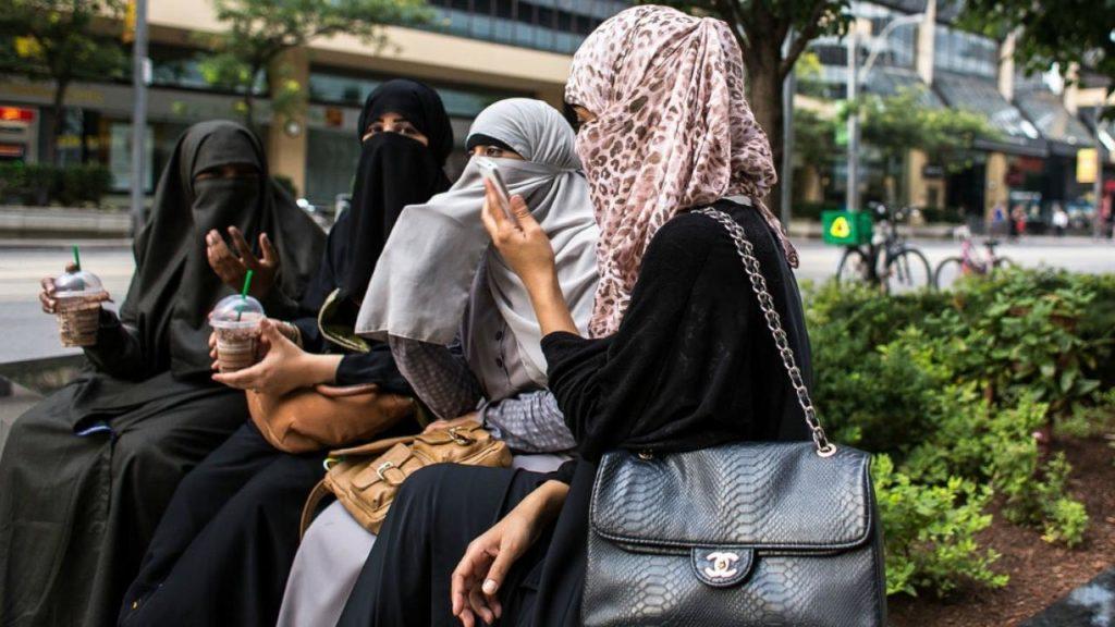 #2   Настоящая пытка: как арабские женщины едят в общественных местах   Zestradar