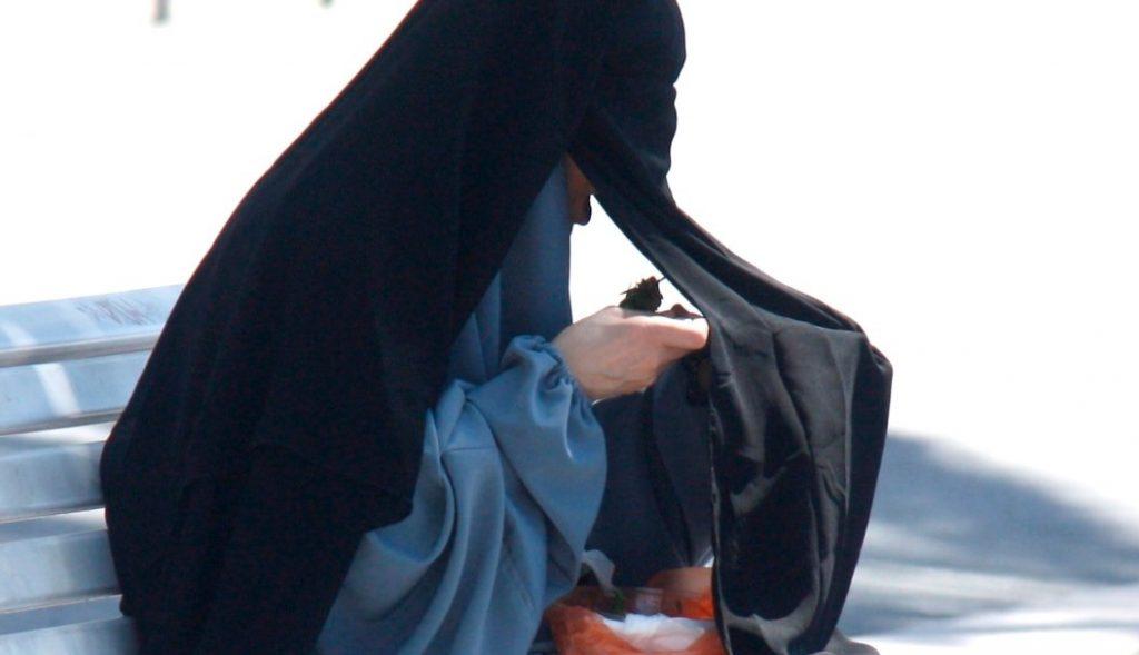 #3   Настоящая пытка: как арабские женщины едят в общественных местах   Zestradar