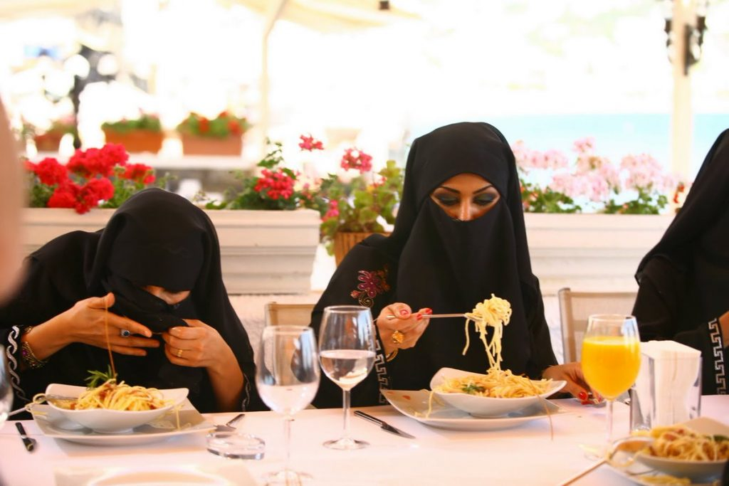 #5   Настоящая пытка: как арабские женщины едят в общественных местах   Zestradar